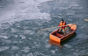 A man works in a frozen river in Taiyuan, Shanxi province on January 5th. (Photo/Xinhua)